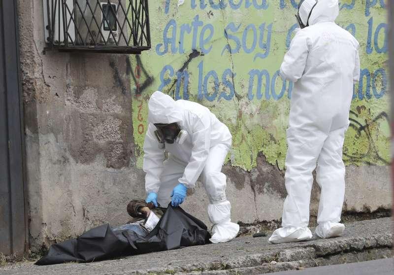 厄瓜多新冠肺炎疫情嚴重,一名男子疑似染病,前往醫院時竟猝死於路上。(AP)