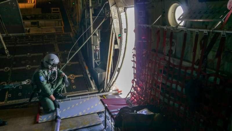 20200511-空軍氣象中心、六聯隊今(11)日抓準鋒面通過南部地區機會,派遣C–130H運輸機前往水庫集水區,執行「空中人工增雨」作業。(軍聞社提供)