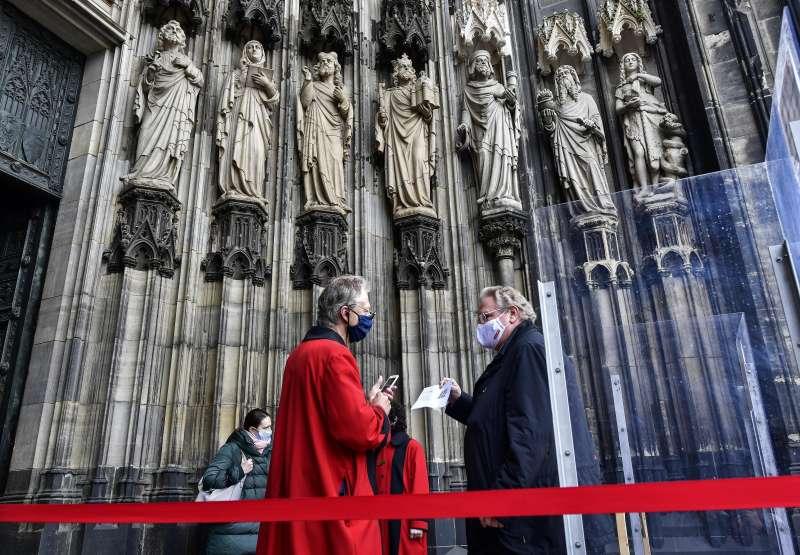新冠肺炎:德國逐步解封,著名的科隆主教座堂(Cologne Cathedral)重新開放信徒進入做禮拜(AP)