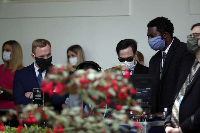 武漢肺炎:美國白宮新規要求戴口罩,幕僚全都照做(AP)