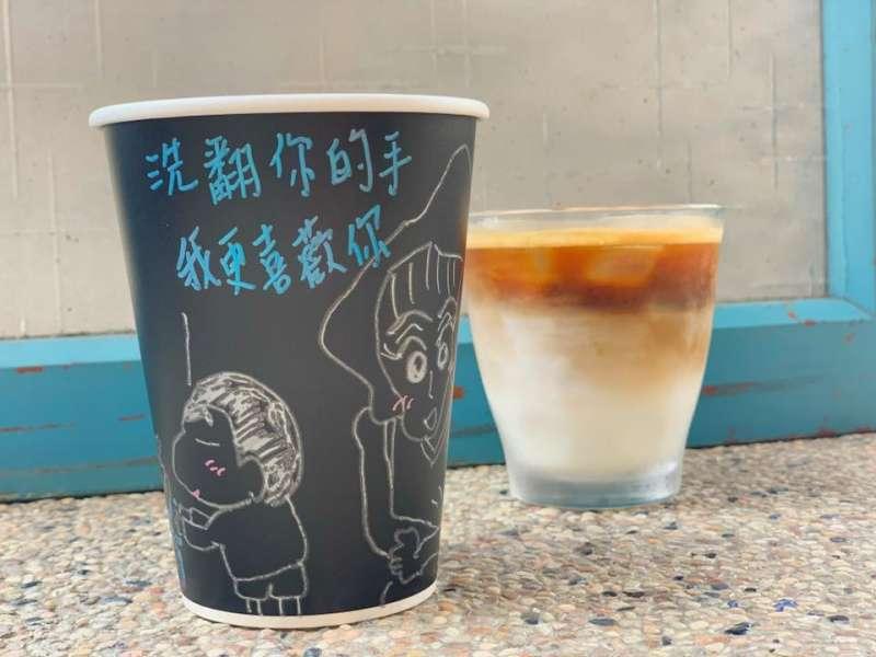 蔡杰峰在咖啡杯身塗鴉防疫標語(圖/蔡杰峰提供)