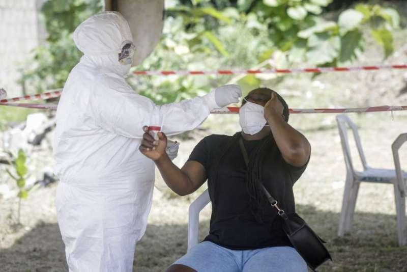 奈及利亞的武漢肺炎疫情嚴峻,第一大城拉各斯的醫護人員為民眾採樣篩檢(美聯社)