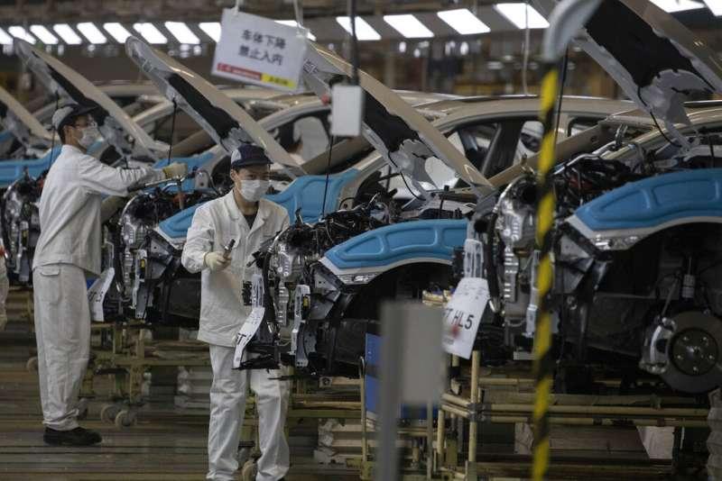 在武漢封城後復工的東風本田汽車工廠。(美聯社)