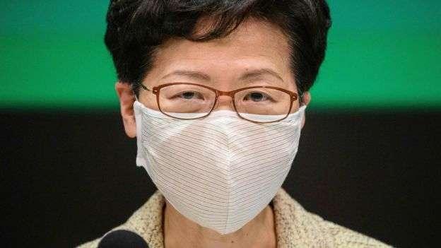 林鄭月娥曾要求前線媒體記者諒解、包容防暴警察。(BBC中文網/AFP)