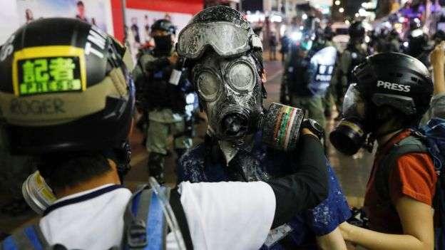 記者在採訪示威期間屢次遭遇警察胡椒噴劑等襲擊,親北京媒體與執法當局則指控記者「非從事記者行為」。(BBC中文網/Reuters)