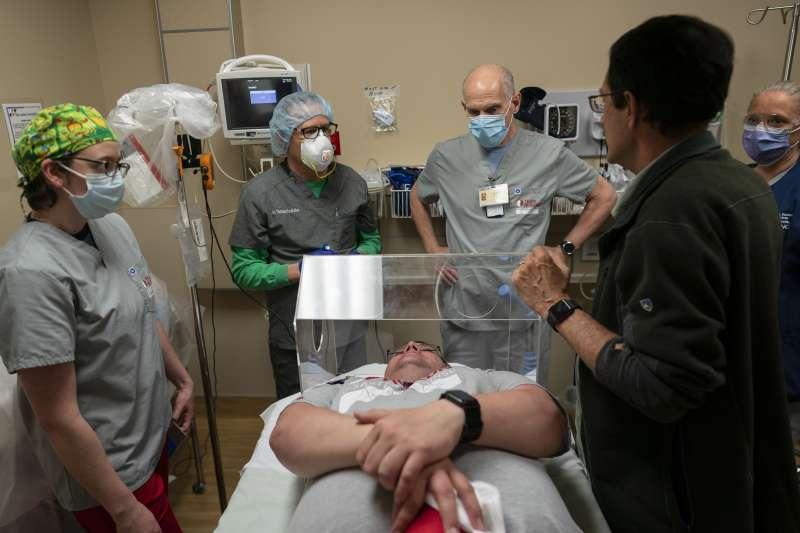 臨時組成的醫護團隊努力救治病患。(美聯社)