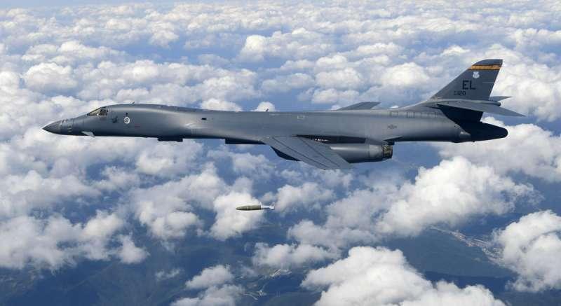 美軍B-1B是圍堵中國挺進「中海」主要通道的武器。(美聯社)