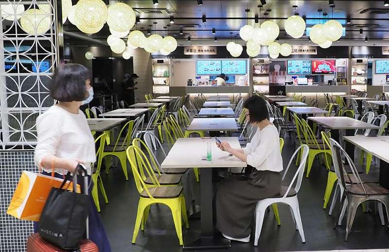 餐飲業受疫情影響來客數下降,連帶也讓店主減聘鐘點工以降低成本。(林瑞慶攝)