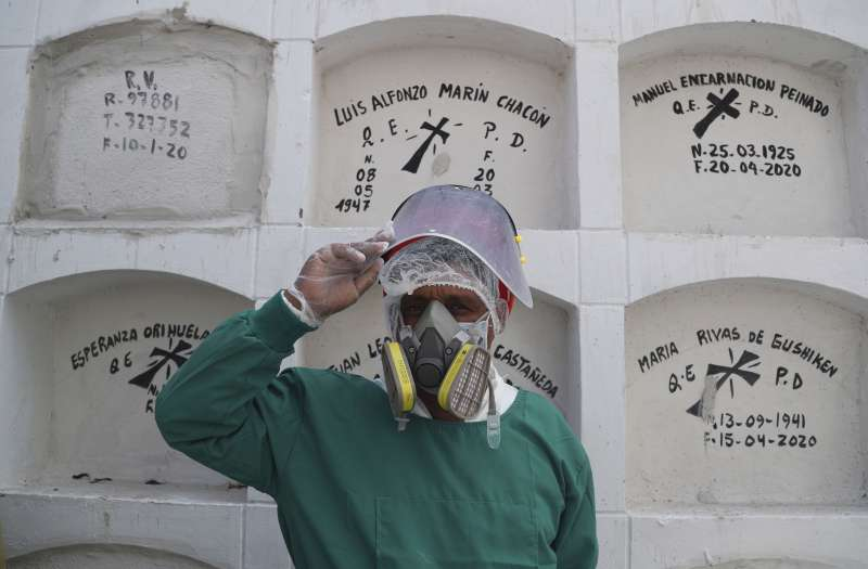 秘魯殯葬工作人員身穿防護衣。秘魯採取嚴格防疫手段,仍擋不住新冠肺炎疫情肆虐。(AP)