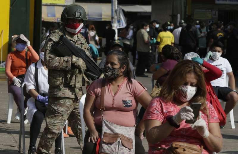 秘魯軍警在街上巡邏,嚴格執行社交距離政策。秘魯採取嚴密的防疫手段,仍擋不住新冠肺炎疫情肆虐。(AP)