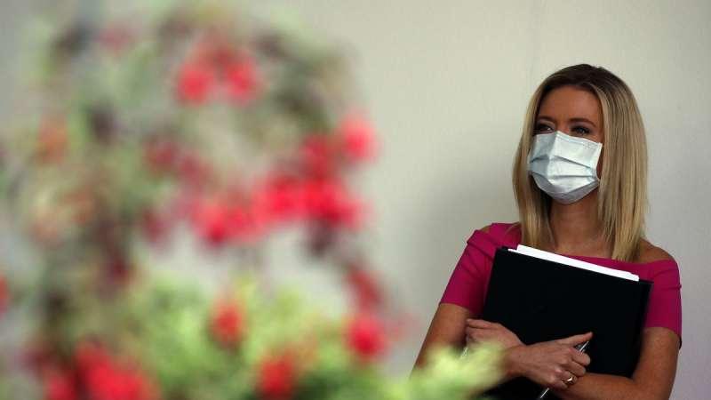 白宮新聞秘書麥肯奈尼(Kayleigh McEnany)被捕捉到戴著台灣製造的口罩。(AP)