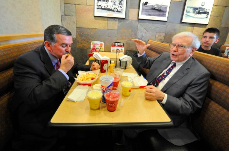 花460萬美金與股神巴菲特共進午餐。(圖片來源:AP)