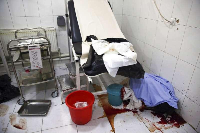 5月12日,阿富汗3名槍手衝進首都無國界醫生營運的婦產科醫院,對無辜產婦、新生兒瘋狂掃射,釀24死。(AP)