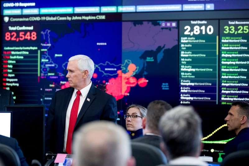 2月27日,美國副總統彭斯訪問華盛頓哥倫比亞特區衛生與公共服務部緊急行動中心時,展示螢幕上就是約翰霍普金斯大學Covid-19數據資訊匯總。  (AP)