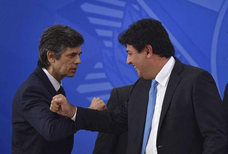 巴西前衛生部長曼德塔(右)遭總統博索納羅革職,圖為曼德塔替繼任者泰克(左)打氣。泰克上任不到一個月也迅速辭職。(AP)