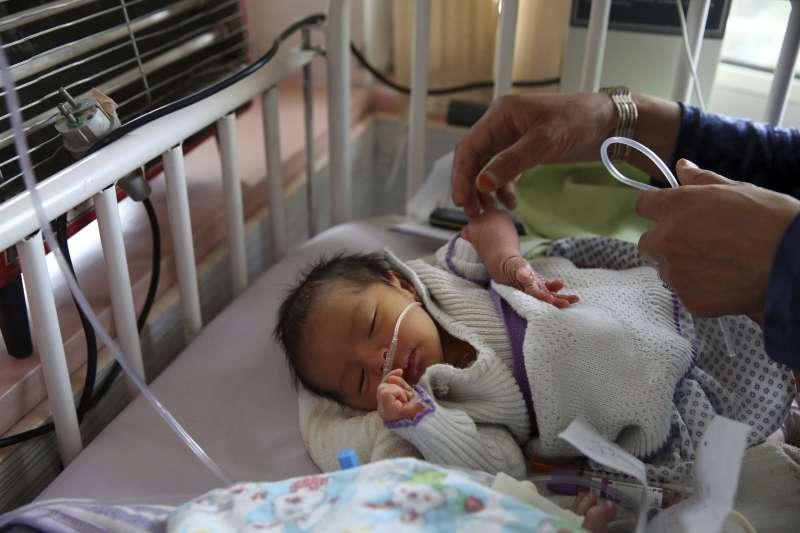 阿富汗首都喀布爾一家婦產科醫院12日遭槍手闖入大肆屠殺,許多小嬰兒一出生就沒了媽媽。(AP)