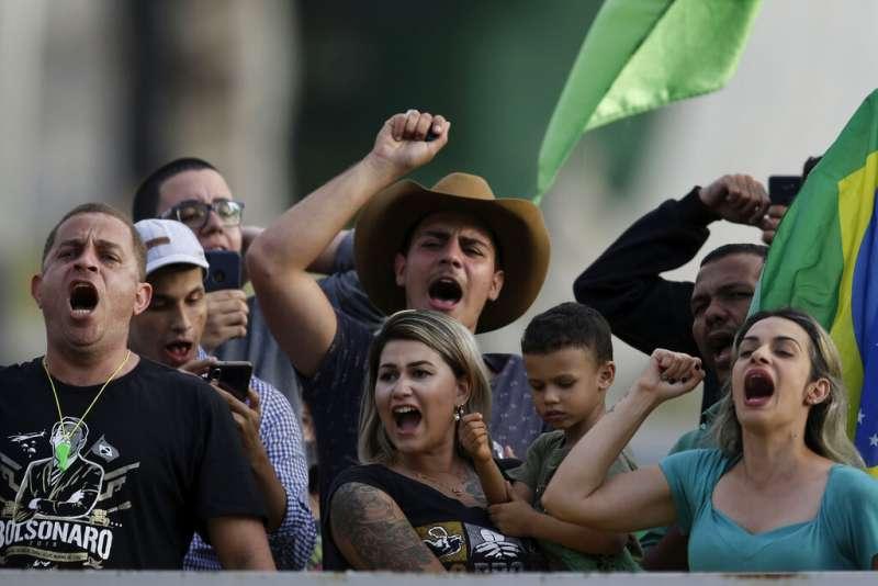 博索納羅支持者上街頭遊行、抗議管制。(AP)