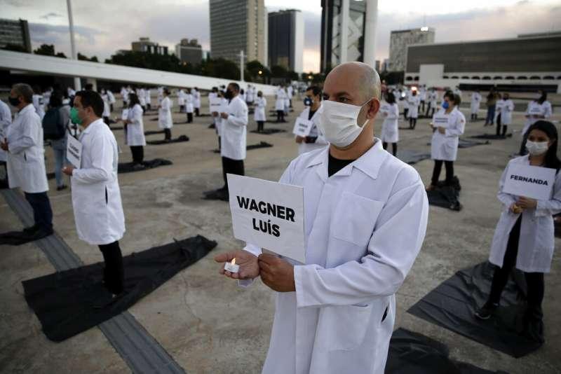 巴西醫護人員抗議政府防疫不力,世界護師節走上街頭。巴西新冠肺炎確診案例已竄升為世界第四高。(AP)