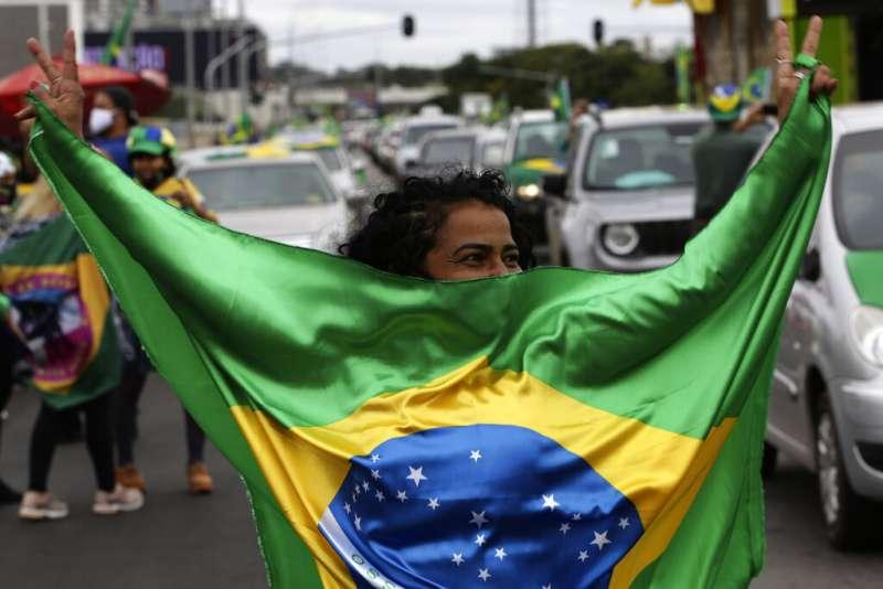許多巴西人並未認真看待新冠肺炎,也未認真遵守戴口罩、居家隔離等命令。(AP)