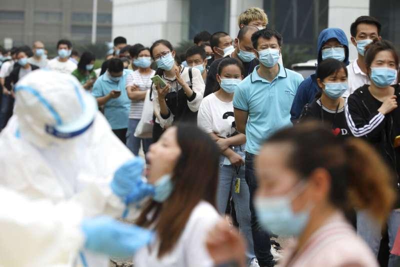 由於再次出現境內感染者,武漢發動「十天大會戰」,要在10天之內對全市1100萬人進行新冠病毒篩檢。(美聯社)