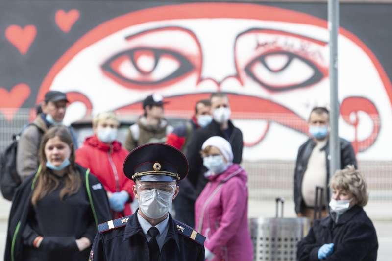 俄羅斯累計確診新冠肺炎病例高居全球第二,莫斯科街頭民眾戴著口罩。(美聯社)