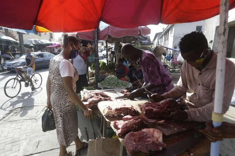 奈及利亞民眾戴口罩購物。(美聯社)
