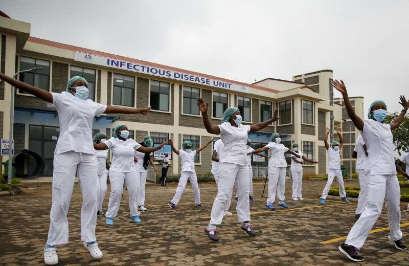 肯亞護理師參加舞蹈課舒緩壓力。(美聯社)