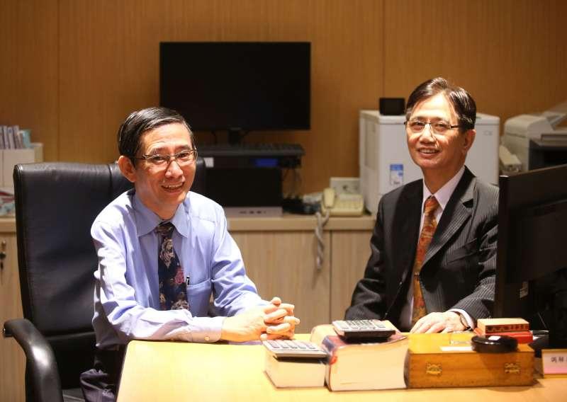 蔡國雄(右)、蔡忠雄(左)兄弟倆熱中於調解工作,並不是因為錢或獎牌,而是為了一份幫別人解決事情的成就感。(柯承惠攝)
