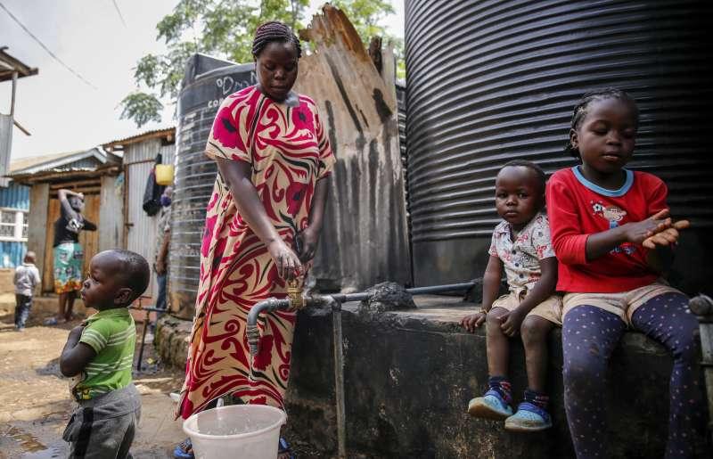 疫情下的艱苦人:安德卡原本靠著洗衣的微薄收入養育5名子女,如今不得不暫時將孩子交由親戚幫忙撫養。(AP)