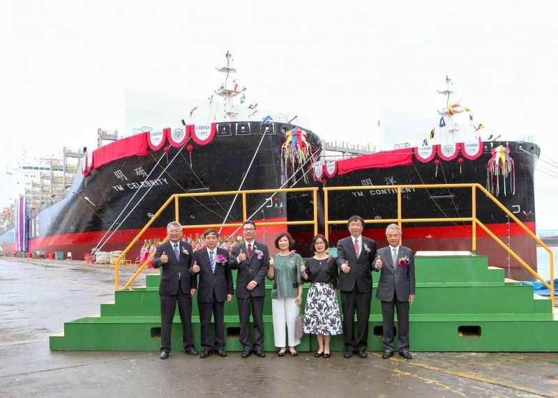 台船舉行陽明海運公司訂造的2,800 TEU級全貨櫃輪「碩明輪」及「洋明輪」命名典禮,典禮冠蓋雲集,熱鬧非凡。 (圖/徐炳文攝)