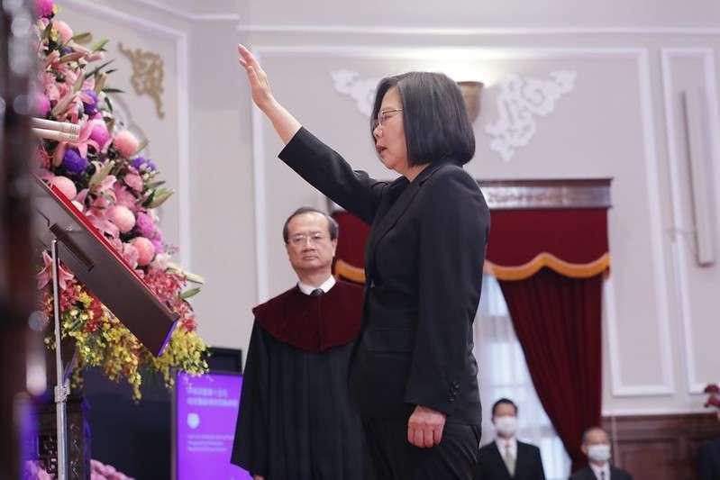 20200520-第15任總統蔡英文20日上午在總統府內宣誓就職,並唱國歌。(取自總統府flickr)