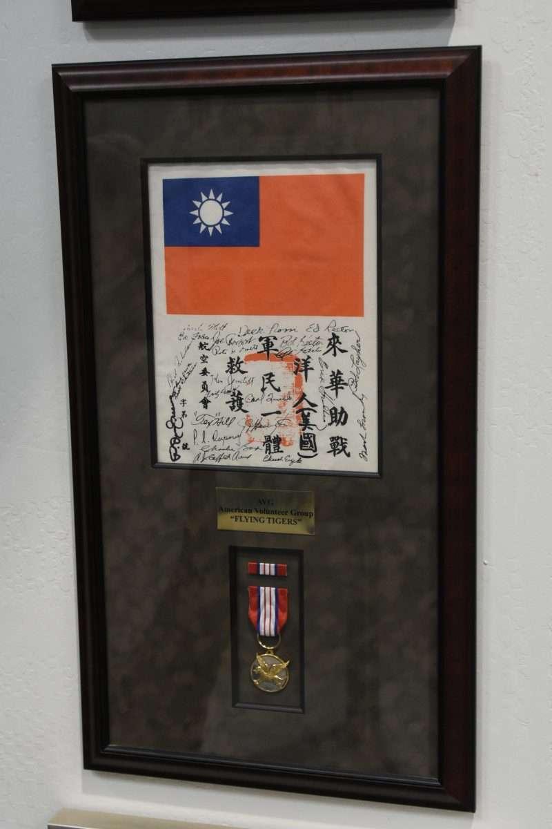 血幅象徵的是中國軍民救助美國飛行員的歷史,讓父親被中國人救過的Bonnie看了駐足良久,非常的有感觸。(許劍虹提供)