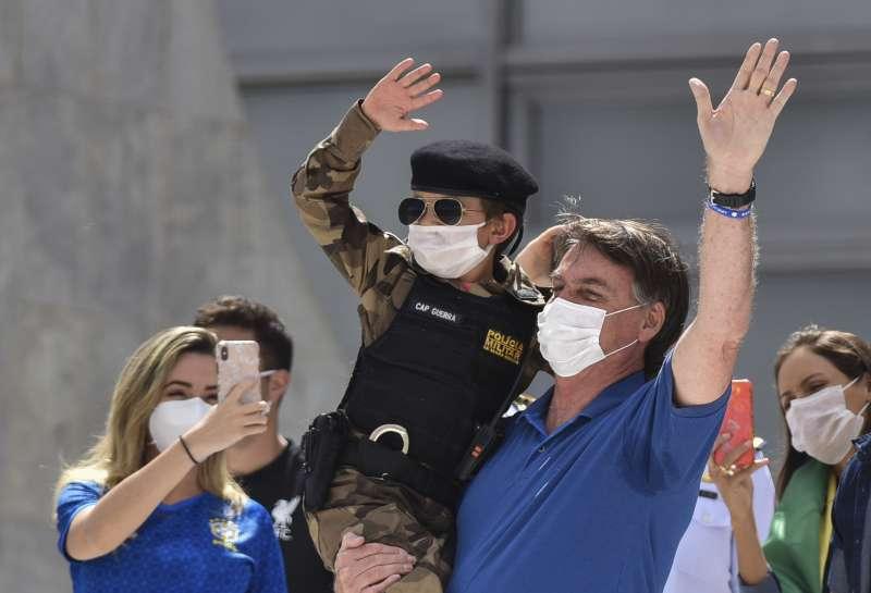 巴西疫情持續延燒,確診數飆升至全球第三高,總統博索納羅仍開心與支持群眾合照。(AP)