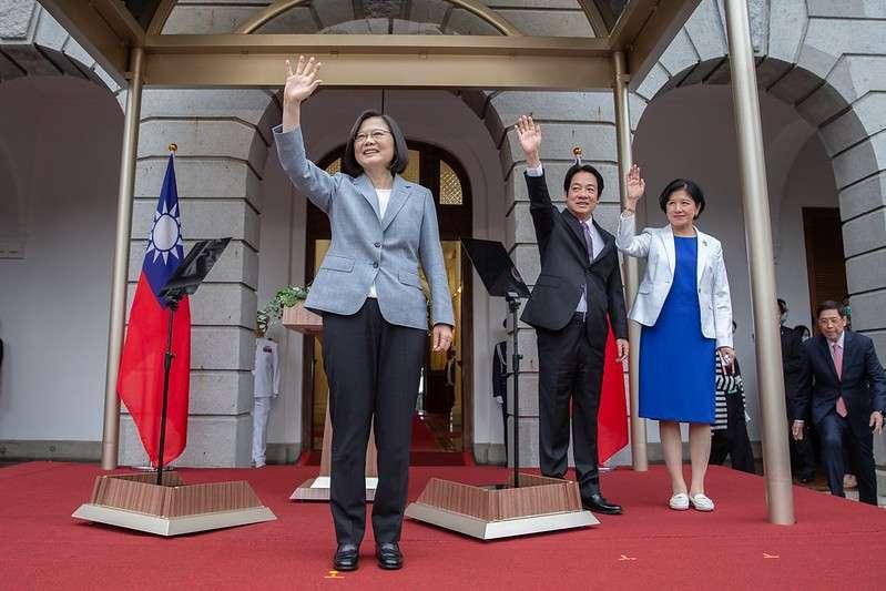 20200520-總統蔡英文(左)、副總統賴清德(右)20日上午宣誓就職,並在台北賓館前和來賓揮手致意。(取自總統府flickr)520總統就職