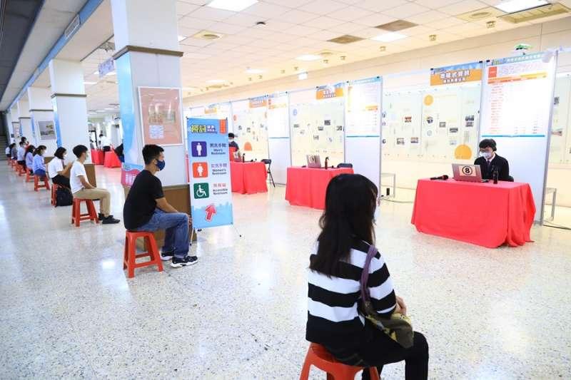 台中視訊就業博覽會21、22兩日在中興大學,第一天就吸引相當多應屆畢業生參加。(圖/台中市政府)
