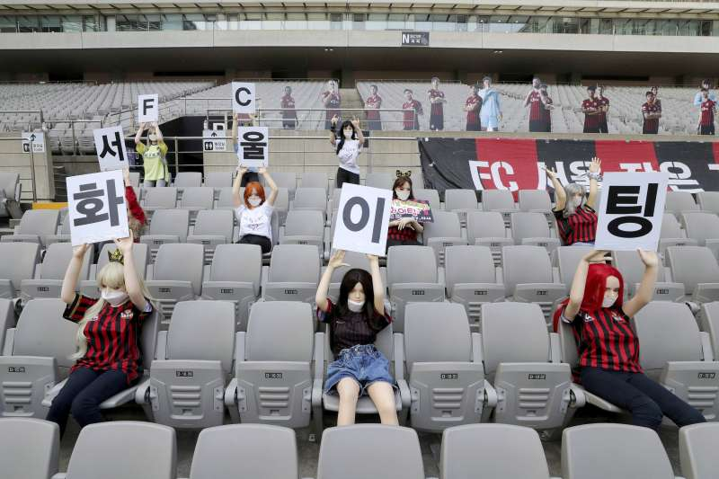 南韓足球K聯賽閉門開賽,球團在觀眾席上擺放性愛娃娃引發爭議。(AP)