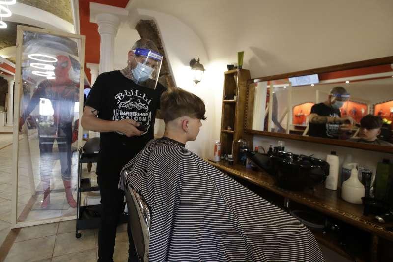 歷經2個月封城,義大利政府逐步解禁,髮廊預約爆滿。(AP)