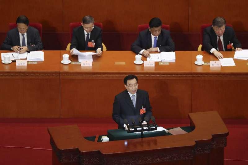 2020年中國兩會。2020年5月22日,中國第十三屆全國人大第三次會議開幕,人大常委會副委員長王晨解說「港版國安法」(AP)