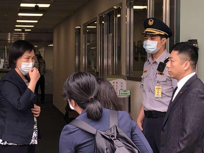 張榮發三子張國政連襟謝國獻(右)帶著一位律師、一位會計師,到長榮國際公司查帳。(謝國獻提供)