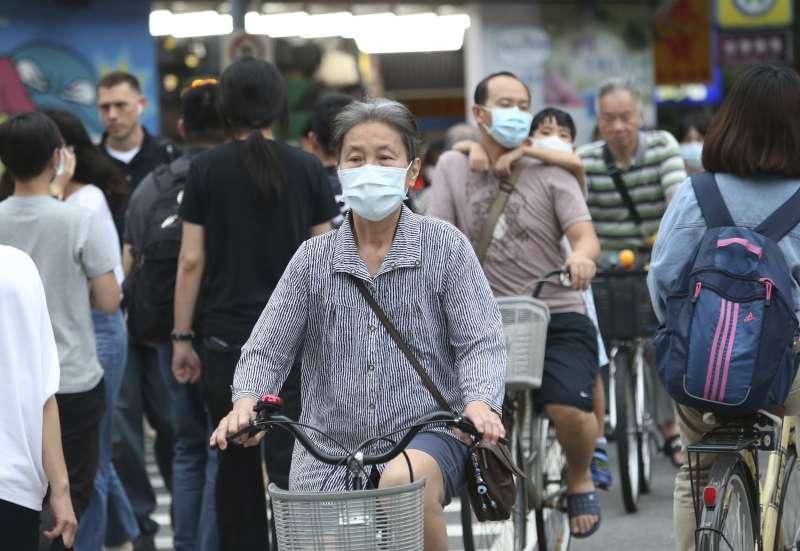 2020年新冠肺炎侵襲,台灣民眾戴口罩自我保護(AP)