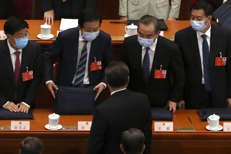 2020年中國兩會。第13屆全國人大:中國外長王毅(右2)與中國國家主席習近平(背對者)交談(AP)
