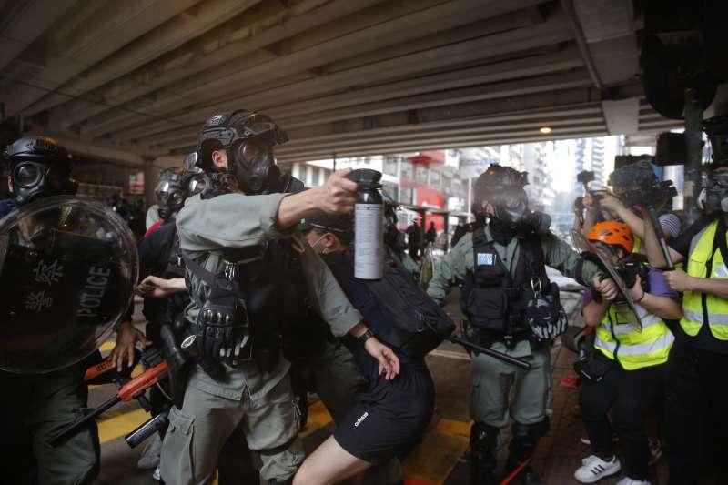 2020年5月24日,香港市民走上街頭抗議「港版國安法」,警方以胡椒水強力鎮壓(AP)