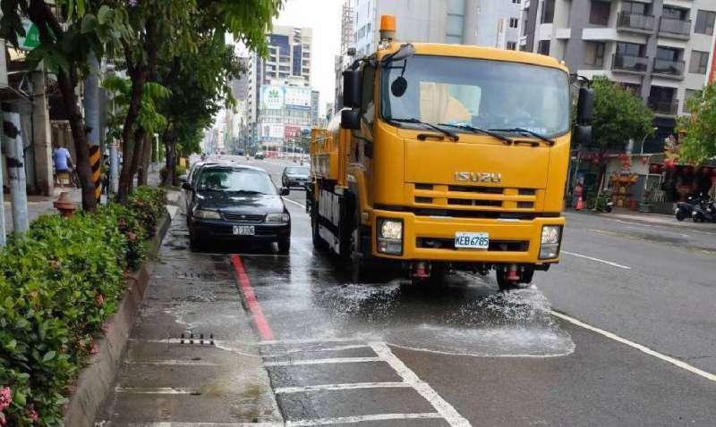 環保局調度二輛掃街車、二輛洗街車及二十餘位清潔隊員,在黃土泥濘的街道上進行清理,盡全力恢復市容。(圖/徐炳文攝)