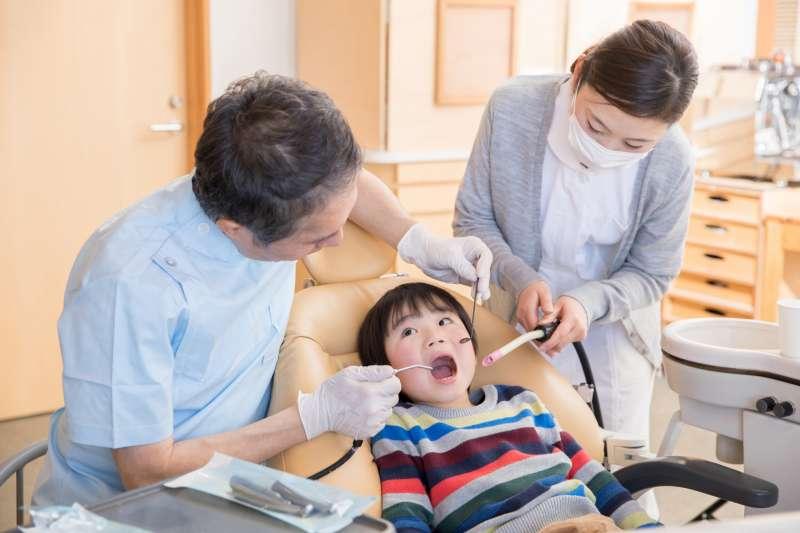 牙齒 換牙 拔牙 牙醫(示意圖/buri@photoAC)https://photo-ac.com/tw/photo/2262568/%E5%AD%A9%E5%AD%90%E5%8E%BB%E7%9C%8B%E7%89%99%E9%86%AB
