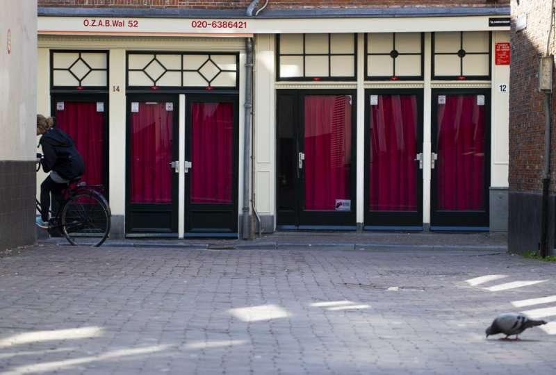 新冠疫情爆發後,荷蘭政府緊急下令娛樂場所停業。(AP)