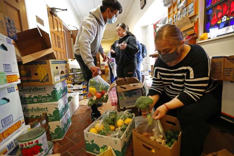 許多弱勢移民在疫情爆發後生活更加困苦,許多移民外展組織紛紛展開行動替他們籌措糧食。(AP)