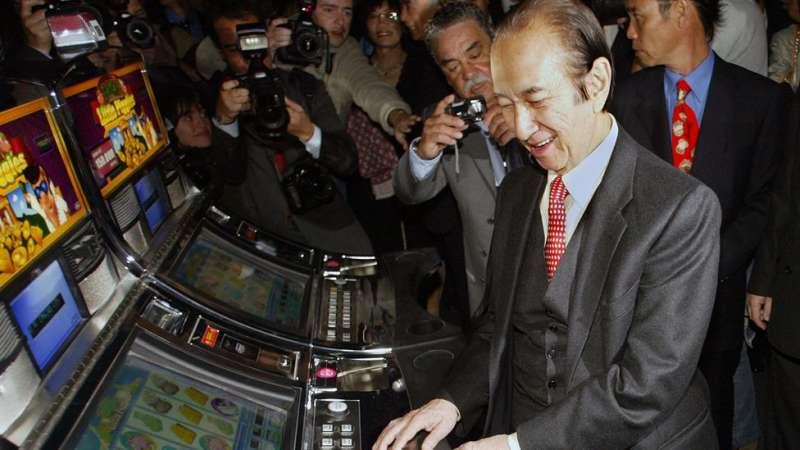 3何鴻燊除了經營傳統賭台,也引進了角子老虎機等賭博遊戲機。(圖/BBC News)
