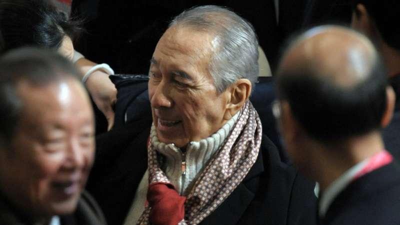 6何鴻燊隨後獲在場監誓的時任中國國家主席胡錦濤接見。(圖/BBC News)