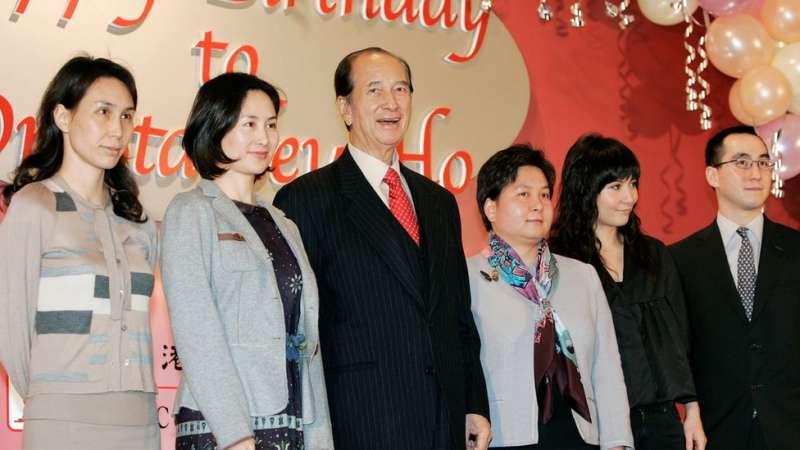 7何鴻燊與二房子女:何超鳳(左一)、何超瓊(左二)、何超蕸(右三)、何超儀(右二)、何猷龍(右一)。(圖/BBC News)