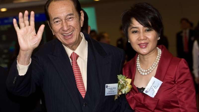 8梁安琪(右)要算是何鴻燊四名夫人中最活躍於政界的一位。(圖/BBC News)
